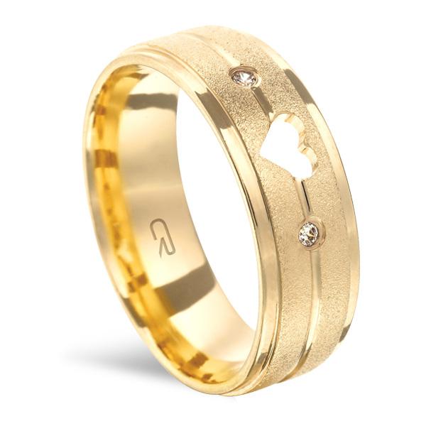 Aliança Folheada a Ouro Reta Anatômica c/ 2 Frisos Alto Relevo Fosco e Coração Vazado c/ 2 Pedras 6,50MM - 3335